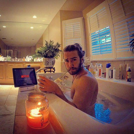 9. Фото в ванной или джакузи. А для пущей романтики свечи и цветы.
