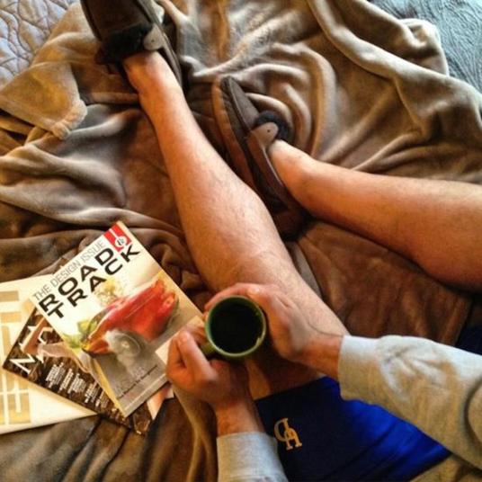 4. Я просто пил кофе в постели и решил сфотографировать свои ноги. Еще одно фото-пародия, которая на самом деле говорит: «я молодой и красивый, я пью кофе и читаю популярные журналы, а еще у меня на ногах новые угги».