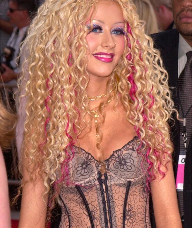 15. Образ и прическа Кристины Агилеры подверглись критике и были названы клоунскими. Но Кристина не первый раз экспериментирует со своими волосами.