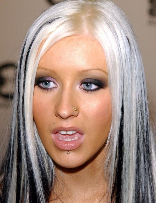16. Прическа Кристины Агилеры в 2002 году. Черно-белые волосы певицы многим пришлись не по нраву.