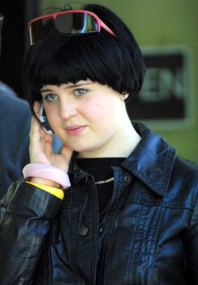 6. Обычно у знаменитостей очень дорогие парикмахеры. Глядя на прическу Келли Осборн начинаешь в этом сомневаться.