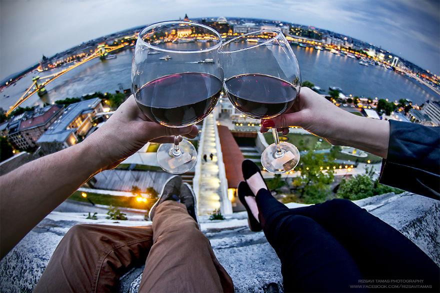16. Завершает фотосъемку Rizsavi бокалом вина.