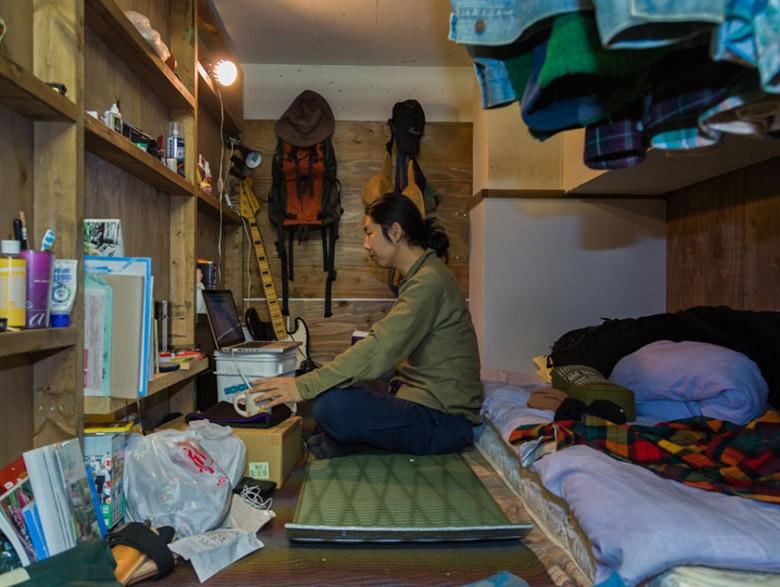 3. Сам отель тоже не похож на финский домик. Он расположен на первом этаже обычного офисного здания на северо-востоке Токио.