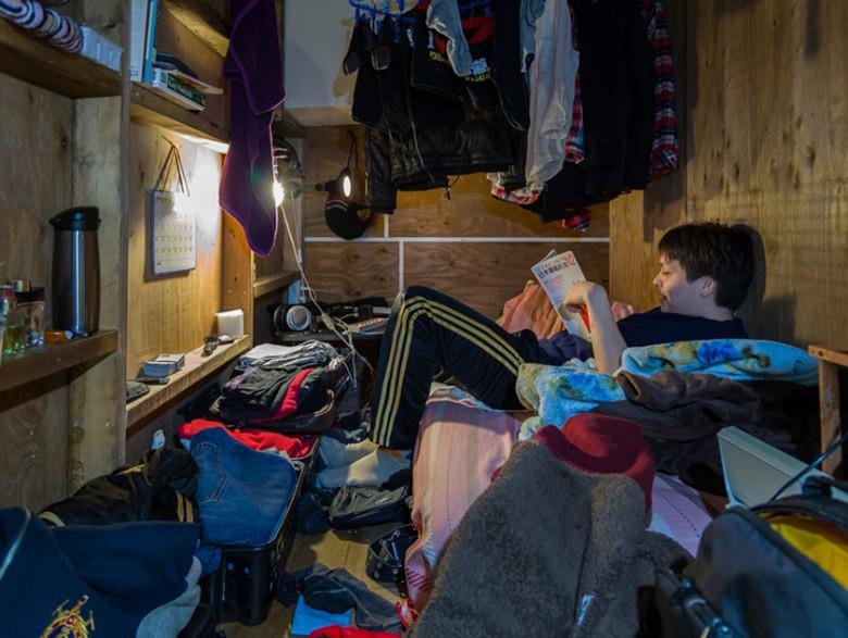 8. Много вещей очень трудно разместить в таком замкнутом пространстве. Чемоданы на полу, одежда подвешенная к потолку.