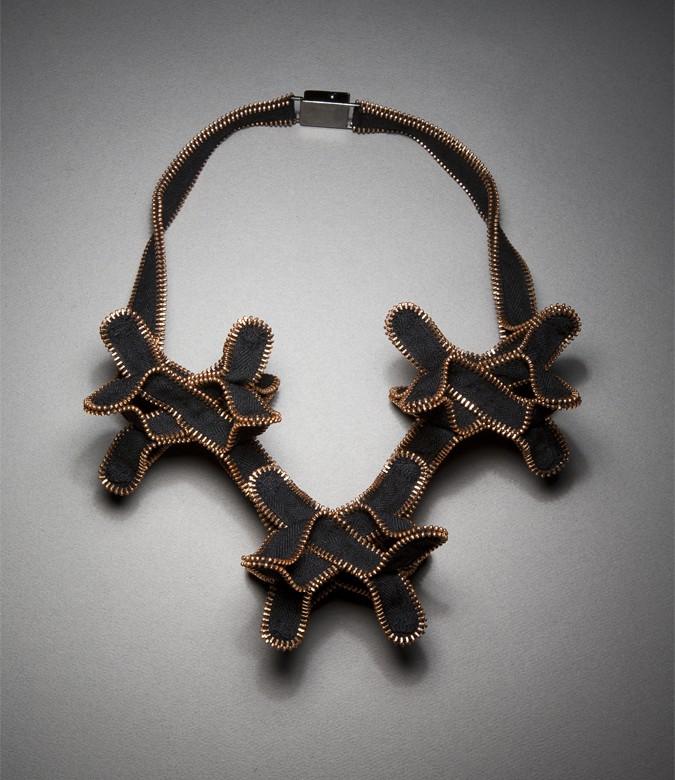 13. Но эти украшения действительно стоят своих денег, так как их дизайн уникален и Кейт является оригинальным автором этой техники изготовления бижутерии из молний.