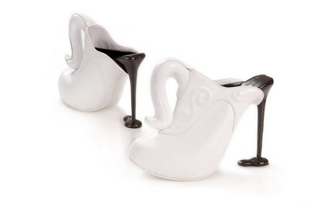 3. Кофе в фарфоровой чашке. Каблук выполнен в виде выливающегося кофе.