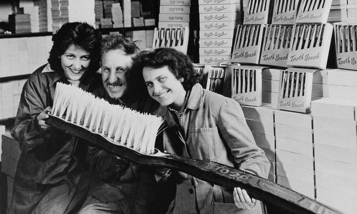 10. Первое массовое производство зубных щеток приносило большие прибыли.