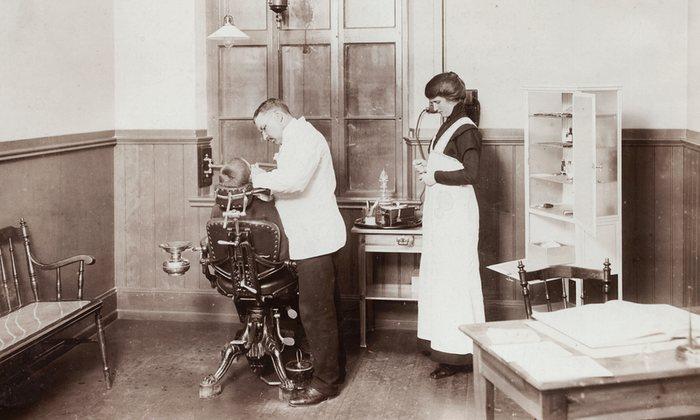 11. Стоматолог и медсестра лечат зубы школьнику. 1910 год.