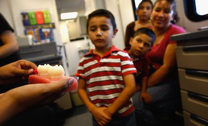 21. Дети на уроке по уходу за зубами. Урок проводится в мобильной клинике. США, штат Колорадо.