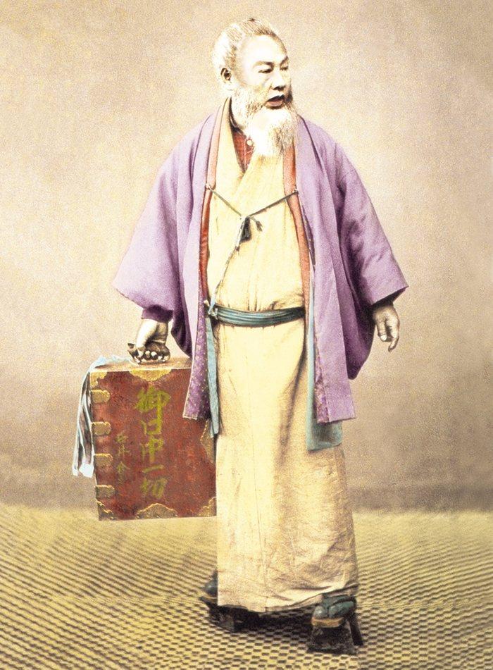 8. Японский стоматолог. В ящичке находятся стоматологические инструменты. 1897 год.