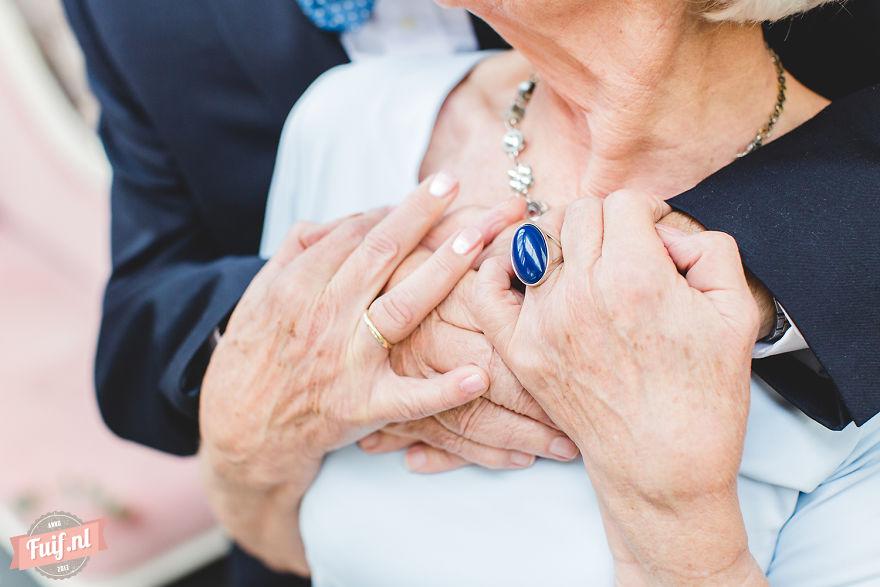2. Пара, даже спустя 55 лет, питает нежные чувства друг к другу и по прежнему празднует День святого Валентина. Это действительно настоящая, неподдельная любовь.