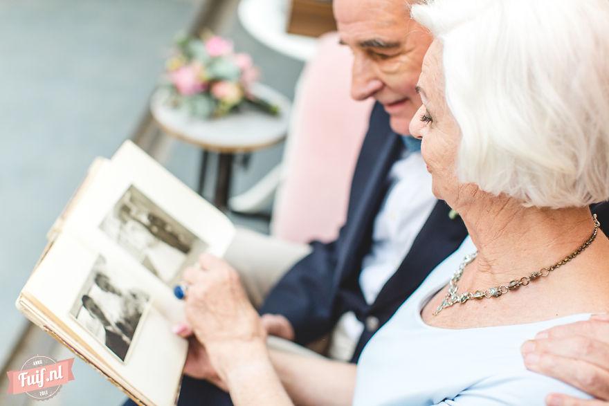 7. Питер и Грит наслаждаются каждым моментом совместной жизни и даже устроили фотосессию, пригласив фотографа. Они часто просматривают свой фотоальбом со старыми фотографиями.