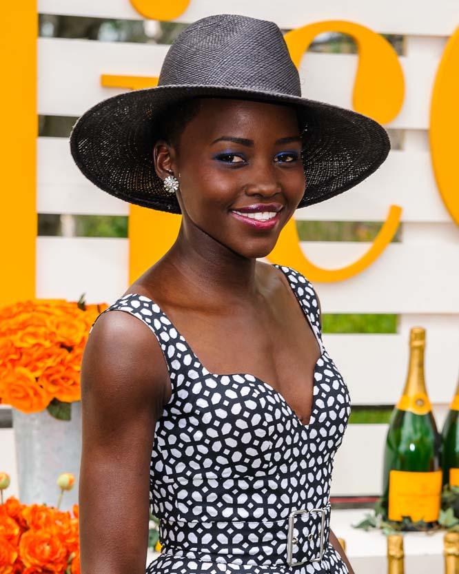 19. Кенийская актриса Нионго сыгравшая в новых Звездных Войнах обладает очень красивой улыбкой.
