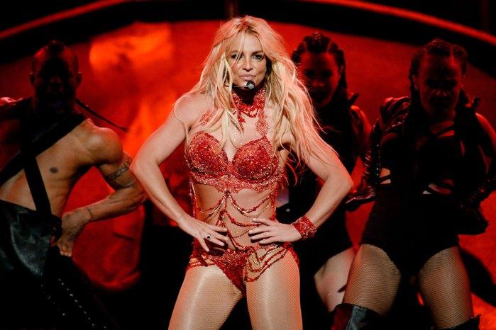 1. Бритни Спирс появилась в откровенном наряде, открывающим все достоинства певицы.