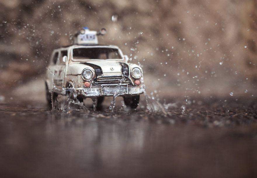37. Маленький полицейский автомобиль.