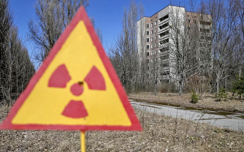 10. Знаки, предупреждающие о высоком уровне радиации, можно встретить в городе повсюду.