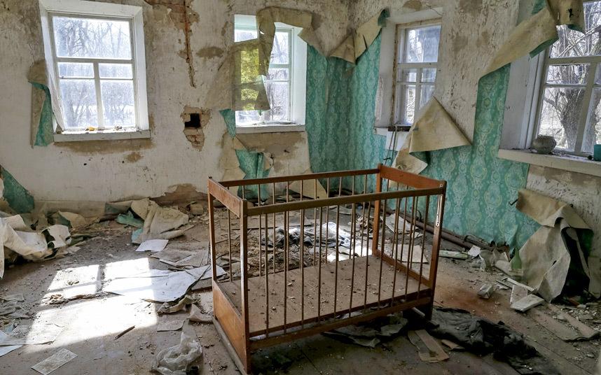 17. Детская кроватка и отклеившиеся за 30 лет обои, посыпавшаяся штукатурка.