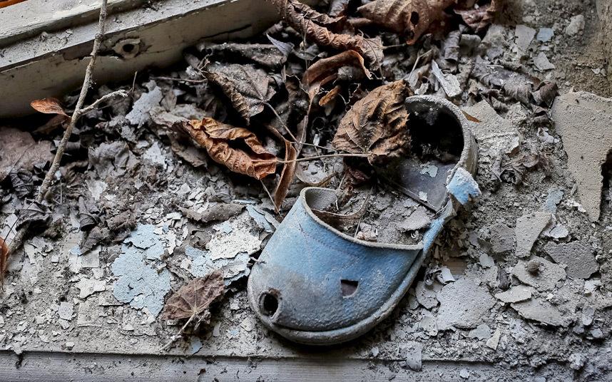 2. Детская обувь брошенная в одном из детских садов. Эвакуация проводилась в спешке.
