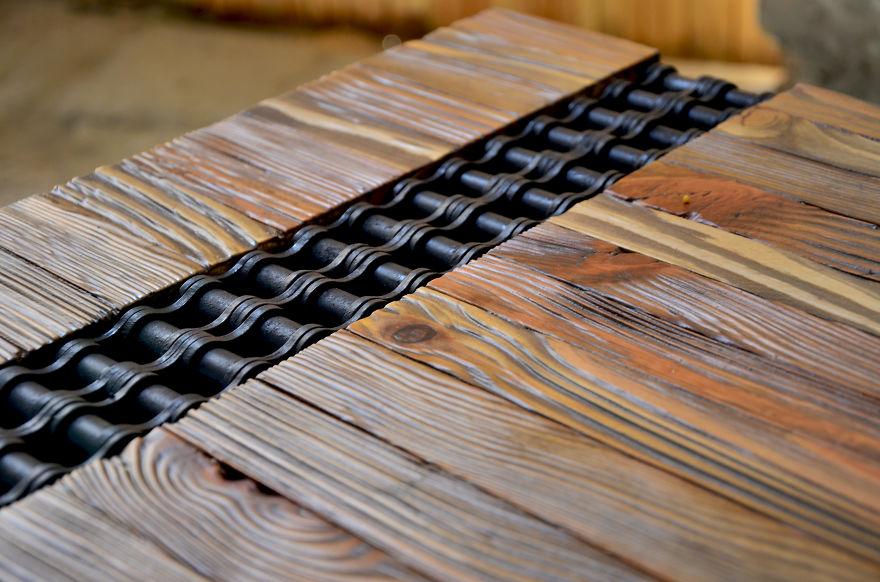 7. На этой фотографии видно, как превосходно сочетается цепь с красивой текстурой дерева.