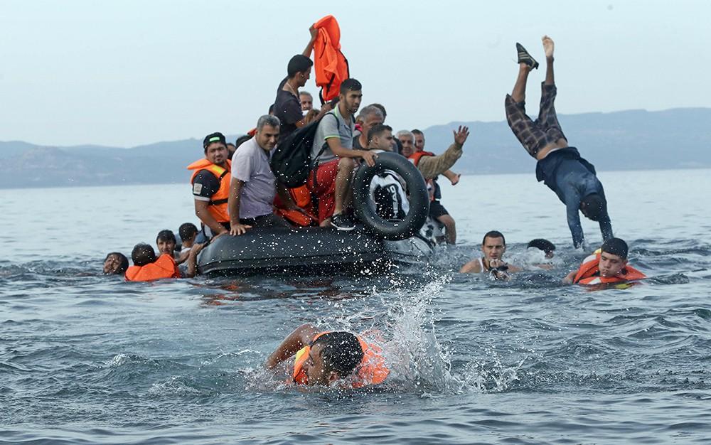 Международная организация по миграции заявляет, что более миллиона мигрантов в 2015 году прибыло морским путем. Примерно 34900 мигрантов прибыло в Европу по суше.