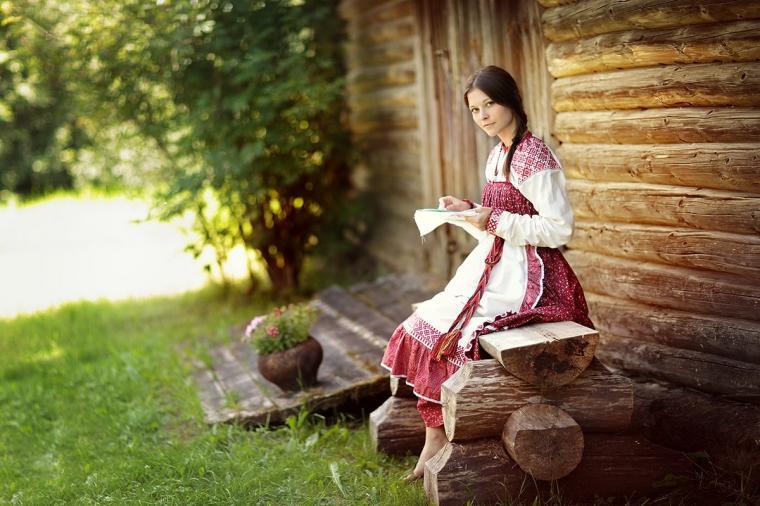 1. Российская национальная одежда сочетала в себе красоту и функциональность. Она должна быть свободной. Более богатые варианты, которые носили бояре, были подбиты мехами.