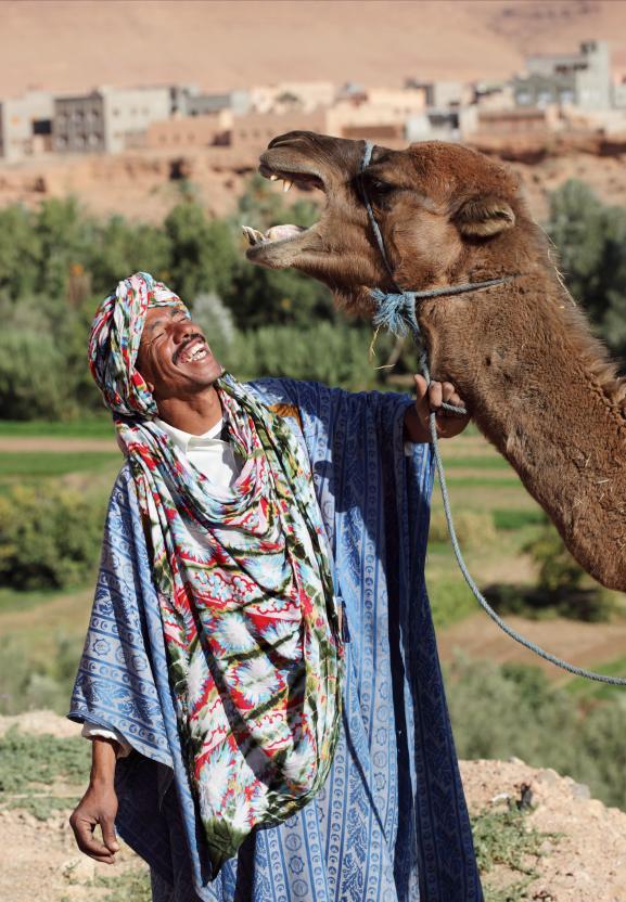 10. Джеллаба - традиционное платье для марокканских мужчин и женщин, которое представляет собой длинный халат с капюшоном и объемными рукавами.