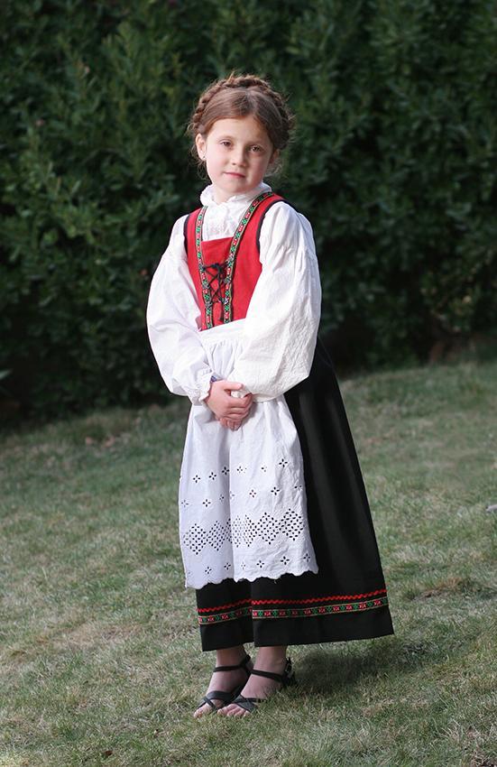 12. Норвежский Бюнад – традиционная норвежская одежда для мужчин и женщин. Платье, мужские брюки чаще всего выполнены из шерсти. Рубашка – из хлопка.