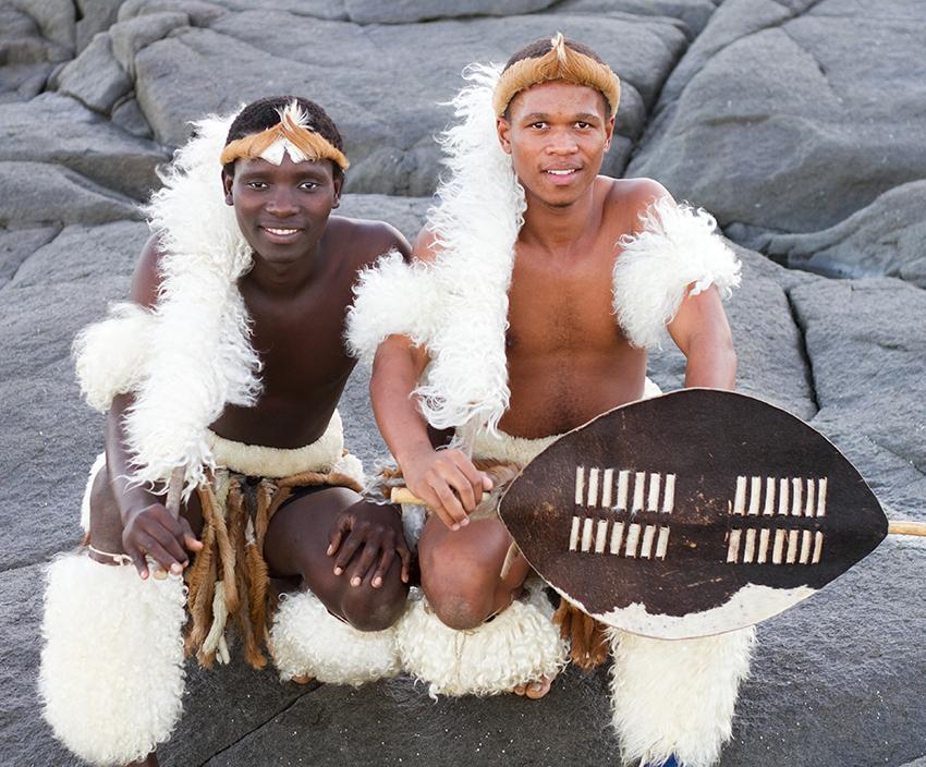 13. В культуре зулу традиционные костюм включает в себя amashoba, что является ничем иным, как коровьими хвостами. Повязка на голове зулусского мужчины означает, что он женат.
