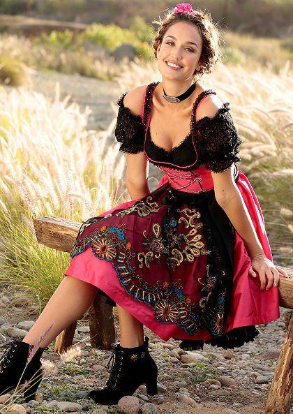6. В Австрии и Баварии женщины носят Дирндль – платье состоящее из блузы, юбки, фартука и лифа. А мужчины носят Ледерхозе – кожаные шорты с подтяжками.