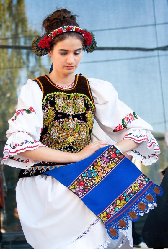8. Традиционное платье румынских женщин включает длинную рубаху, жилет и пояс. Мужчины носят аналогичный по стилю костюм включающий сорочку, пояс и брюки.