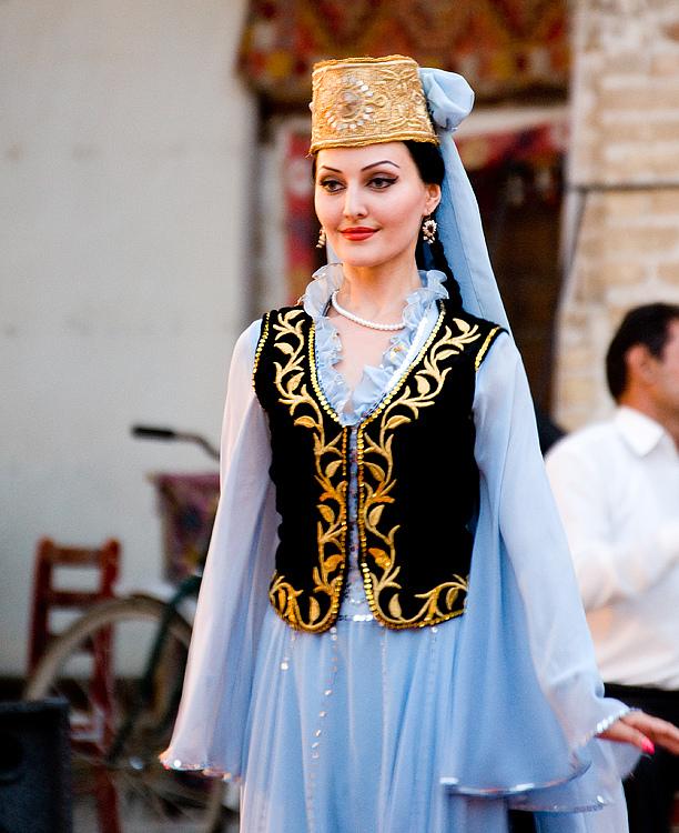 9. Традиционное платье женщин Узбекистана. У мужчин как правило это длинный балахон украшенный декоративной тесьмой.