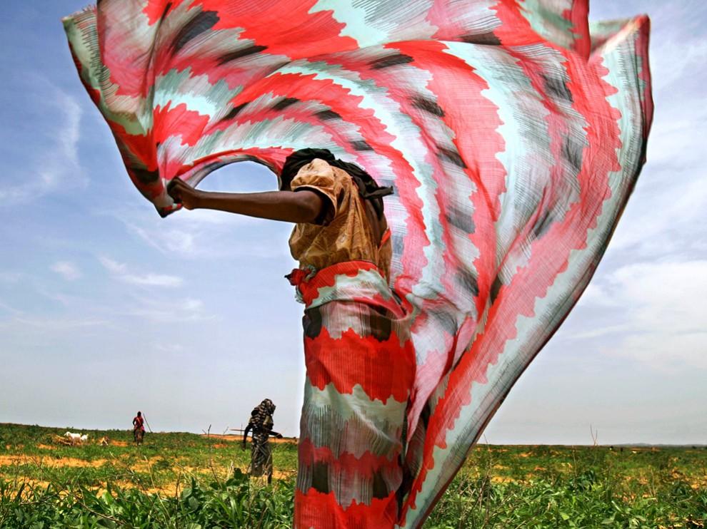 1. Суданская женщина в традиционной тобе, которая оборачивается вокруг тела. (ФОТО: J. CARRIER)