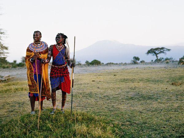 10. Масаи в Танзании носят красочную одежду и украшения.
