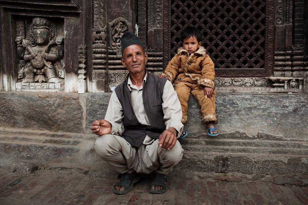 11. Непал. Дедушка с внучкой в храме Бхактапур в долине Катманду. На обеих – национальная одежда гималайских стран. (ФОТО: BAS UTERWIJK).