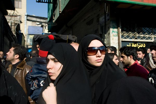 7. Мусульманские женщины Ирана на одной из оживленных улиц в Тегеране. Мусульманки обычно надевают срывающую все тело одежду. (ФОТО: ТОМАС ДВОРЖАК).