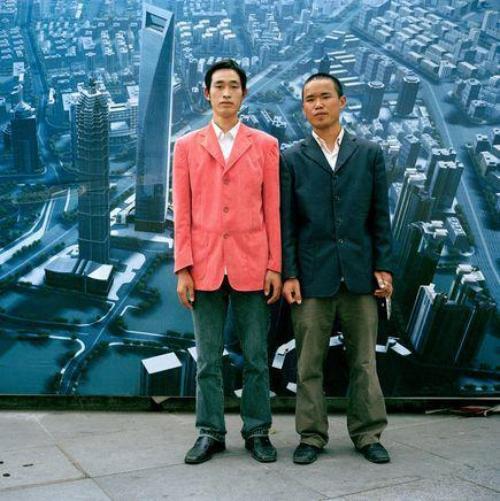 8. Китайские рабочие из провинции Гуйчжоу на тротуаре в Шанхае. Западная мода традиционно вошла в Китай и плотно закрепилась в городах.