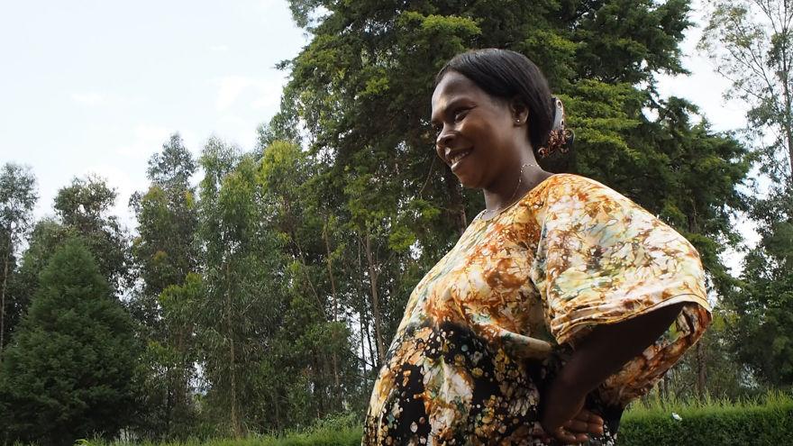13. Несмотря на трудности Chanceline не унывает. Она счастливо улыбается зная, что ее ребенок развивается нормально. Ведь материнская любовь к своему ребенку сильнее любых трудностей и расстояний.