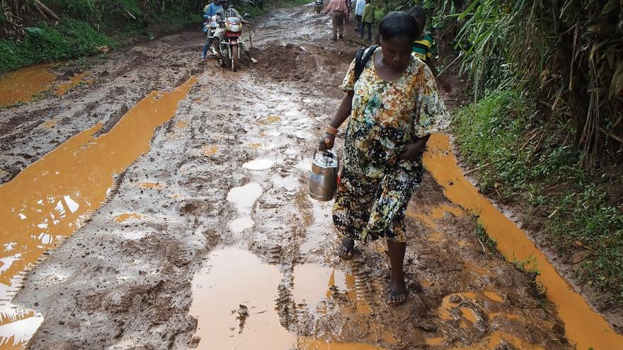 9. Порой дорога из-за дождей превращается в месиво из луж и грязи. Идти нужно осторожно, так как легко можно поскользнуться.