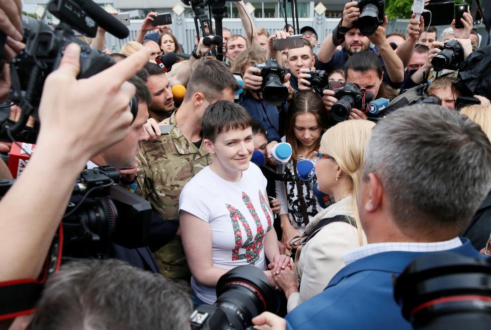2. В настоящий момент Савченко находится в Киеве. Сразу после прилета Савченко отвечала на вопросы журналистов в аэропорту Брисполь.