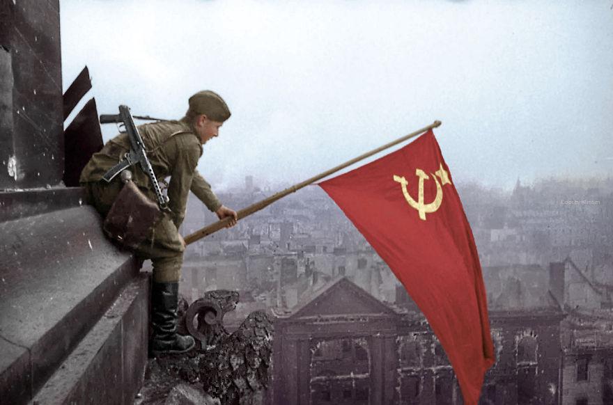 16. Солдат поднимает советский флаг над Берлином, 1945 год.