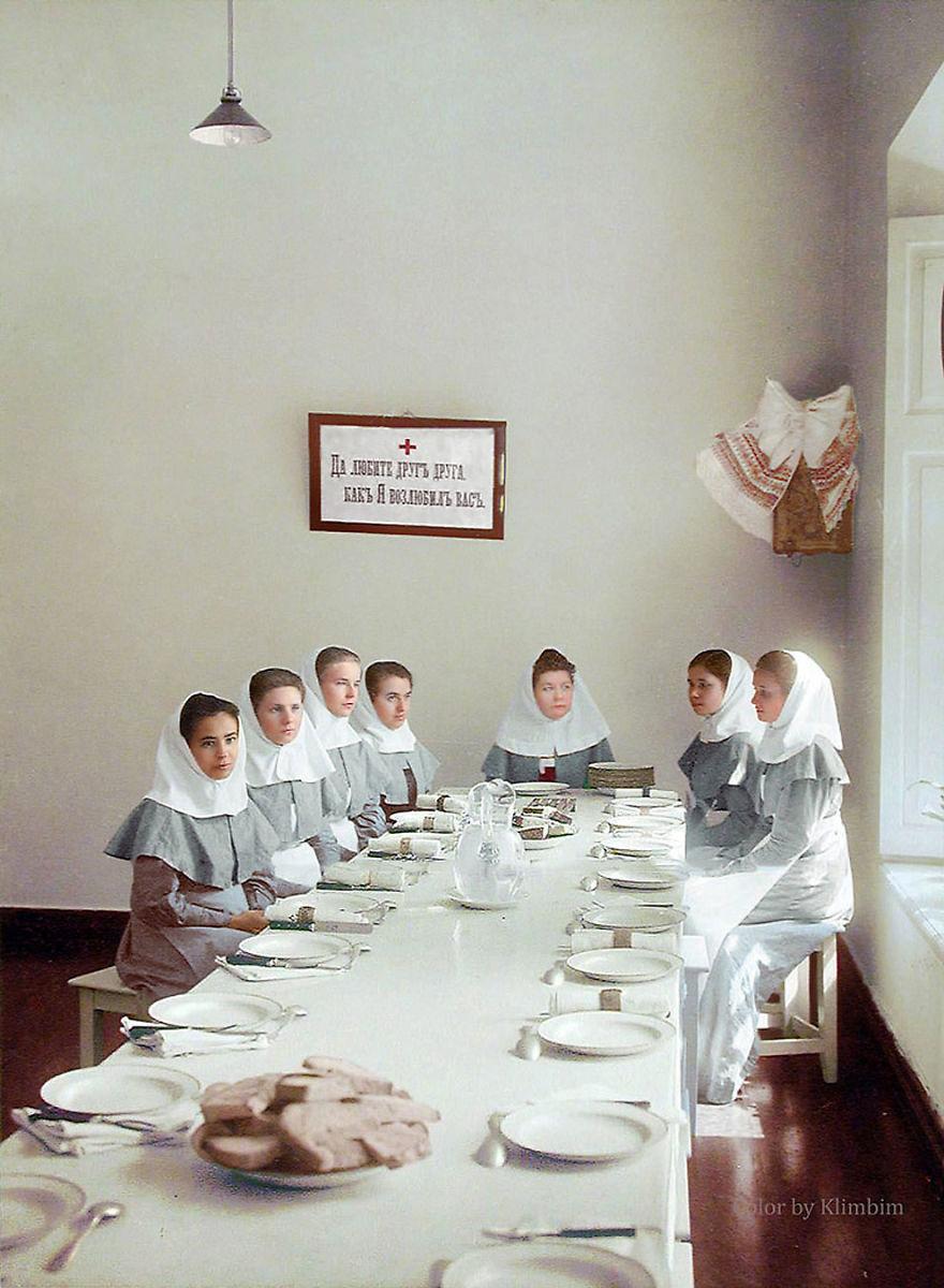 28. Сестры милосердия в столовой госпиталя, 1900-е годы.