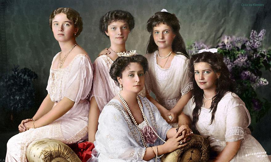 7. Царица Александра Федорова со своими четырьмя дочерьми, 1913 год.