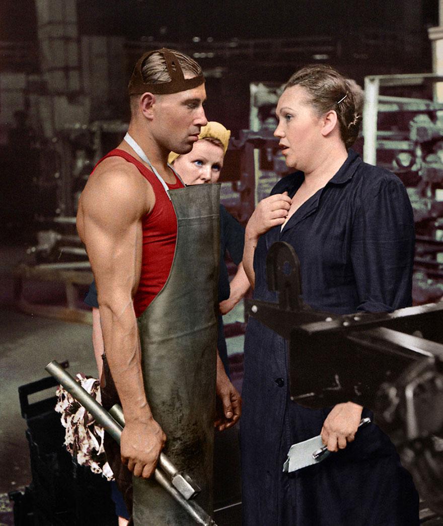 9. Рабочий и руководитель на автомобильном заводе, Москва, 1954 год.