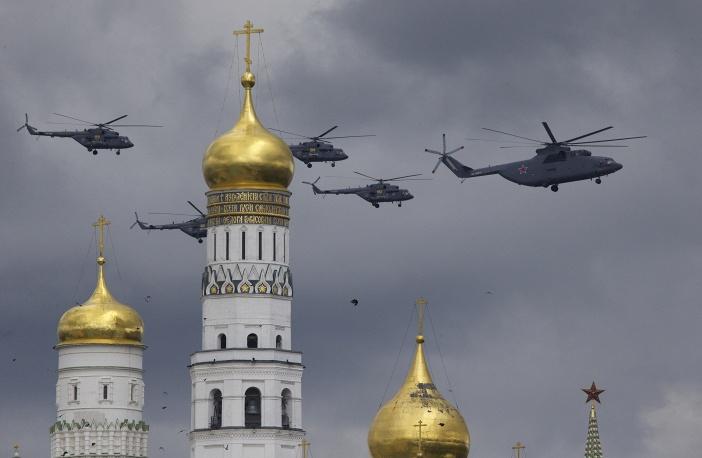 1. В репетиции  приняли участие вертолеты, пролетев над колокольней Ивана Великого.