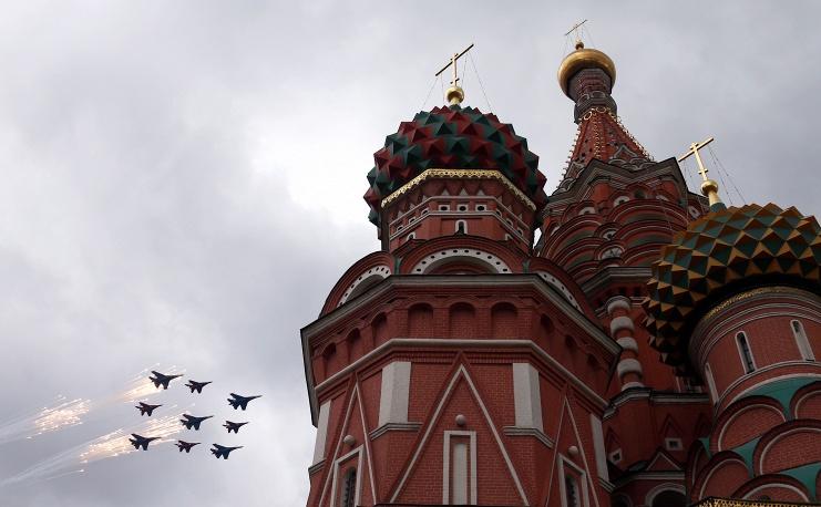 2. Самолеты Су 27 и МиГ 29 над собором Василия Блаженного.