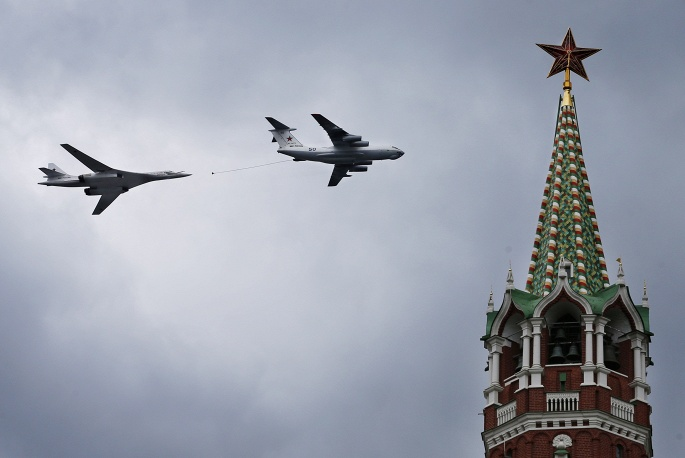 4. Тяжелый стратегический бомбардировщик Ту-160 и Ил-76 над Кремлем демонстрируют процесс дозаправки в воздухе.