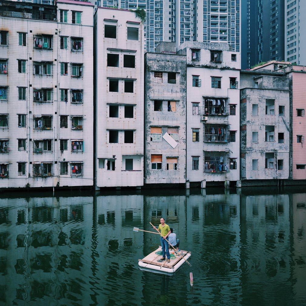 13. Юянг Лю. Двое мужчин ловят рыбу в пруду деревни Сиань в центре города Гуанчжоу, провинции Гуандун в Китае. Город представляет собой современную урбанизацию Китая со всеми вытекающими последствиями.