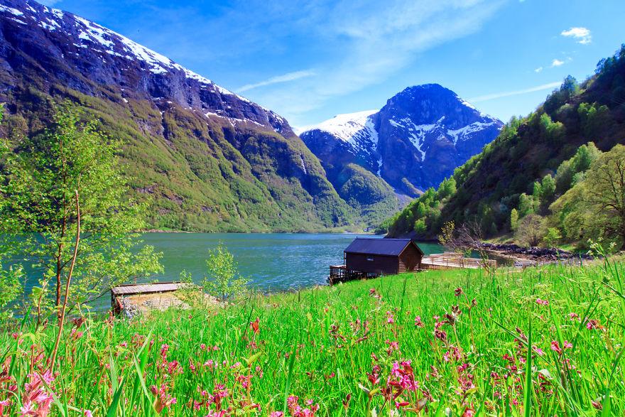 3. Нерёйфьорд ранним летом, окраина городка Дирдал.