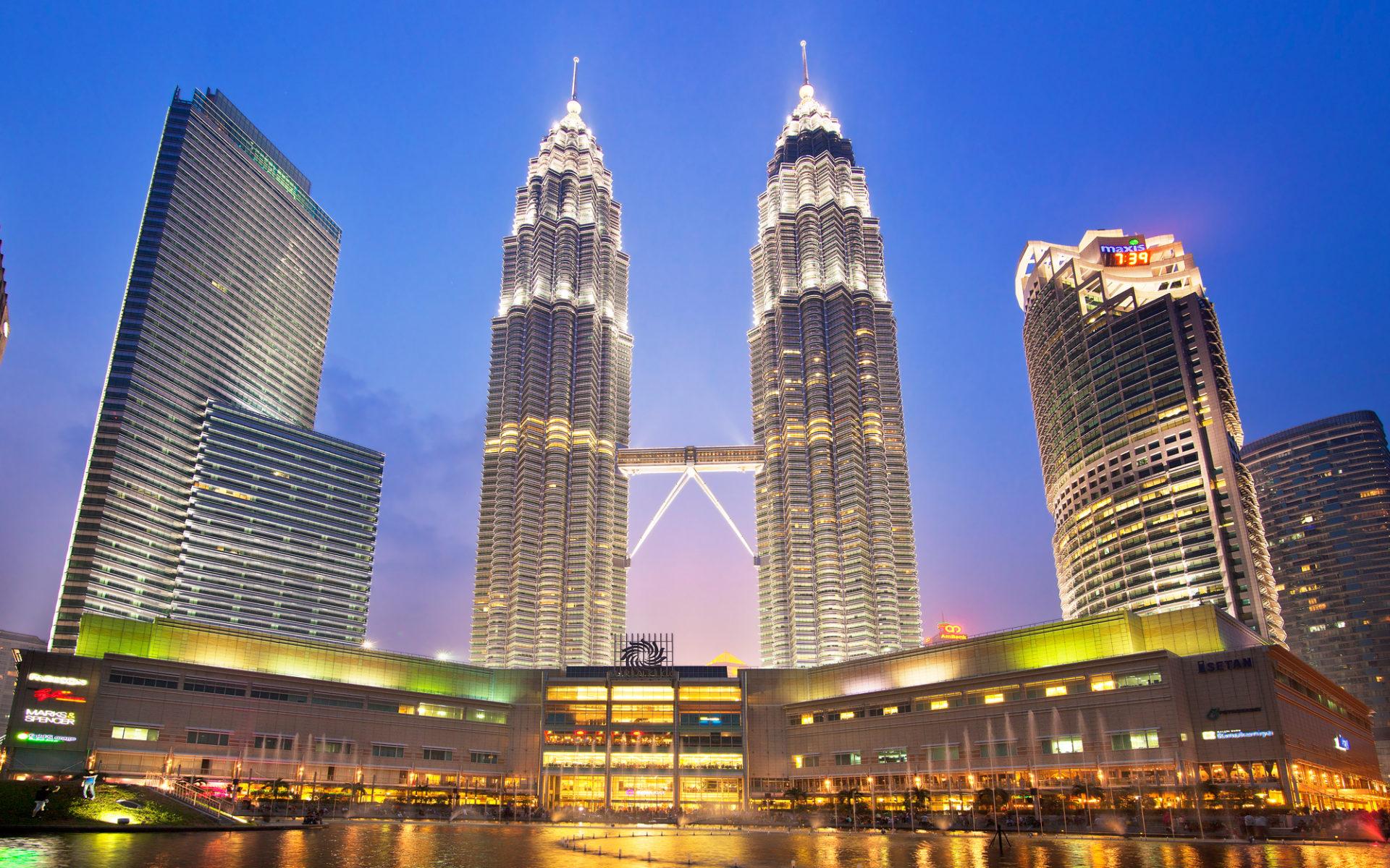 10. Башни Петронас (Куала-Лумпур, Малайзия) – 452 метра.