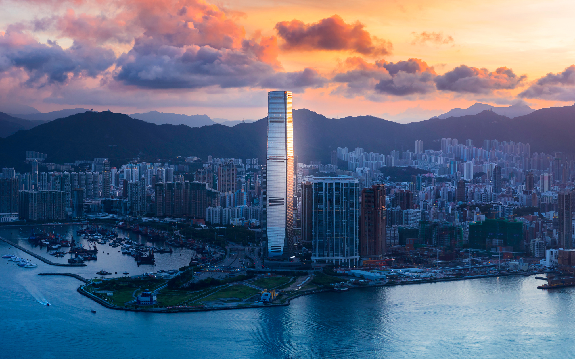 11. Международный коммерческий центр (Гонконг, Китай) – 484 метра.